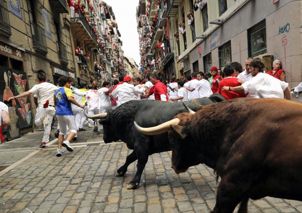 la-corsa-dei-tori-a-Pamplona-la-curva-durante-l'encierro