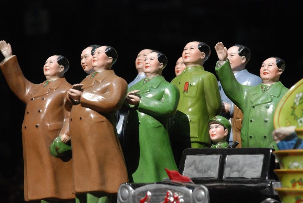 guida di cosa fare e cosa vedere a Hong Kong - bancarella con statuette di Mao