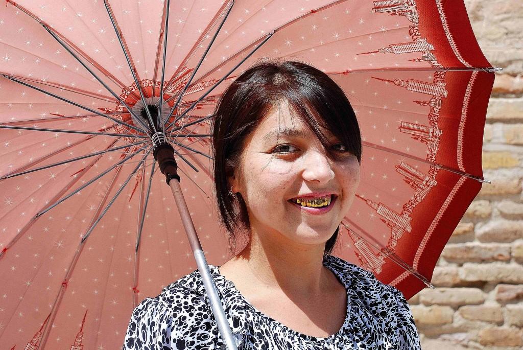 Viaggio in Uzbekistan, ragazza con ombrello per le strade di Khiva