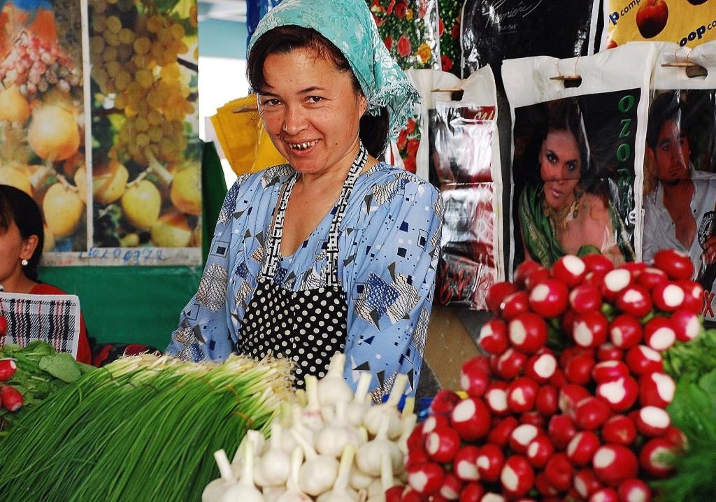 Viaggio in Uzbekistan - Donna al al mercato di Bukhara