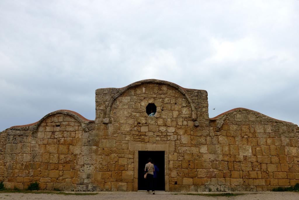 il sito di Tharros sulla penisola del Sinis e le chiese romaniche